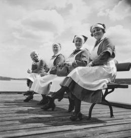 Annemarie Schwarzenbach, Krankenschwestern am See bei Schloss Gripsholm, Mariefred, Schweden, 1937, Schweizerisches Literaturarchiv | Schweizerische Nationalbibliothek, Bern, Nachlass Annemarie Schwarzenbach