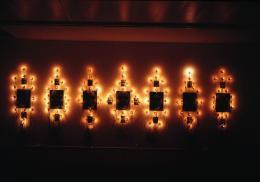Boltanski Christian, Klagegesänge: die Mahnmale, 1987 7-teilige Rauminstallation: 23 gerahmte Fotografien, elektrische Installationen und Glühbirnen 242 x 691 x 6 cm Kunstmuseum Bern