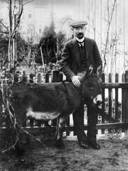 August Gaul mit Esel Fritze, um 1910 © Städtische Museen Hanau, Foto: unbekannt