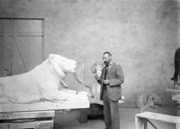 """August Gaul bei der Arbeit am """"Ruhenden Löwen"""" für Rudolf Mosse, um 1903 © Städtische Museen Hanau, Foto: Heinrich Zille"""
