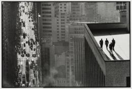 René Burri, Quatre hommes sur le toit, São Paulo, Brésil, 1960. © René Burri / Magnum Photos. Fondation René Burri, Courtesy Musée de l'Elysée, Lausanne
