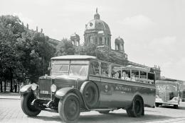 Lothar Rübelt: Touristen in einem 'Austrobus' vor dem Kunsthistorischen Museum in Wien 1937 (© ÖNB)