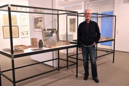 Erhard Witzel vor einer Vitrine mit Objekten von Joseph Beuys im Quadrart Dornbirn (Foto: Karlheinz Pichler)