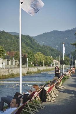 Chillen entlang der Installation No Border No Nation (© Angela Lamprecht)