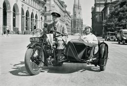 Lothar Rübelt: Werbeaufnahme für Mobiloil 1935 vor dem Wiener Rathaus (©ÖNB)