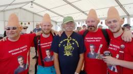 Empfangskommitee mit Helmut King in der Mitte zur Begrüssung von Frank Zappas Sohn Dweezil (© King)