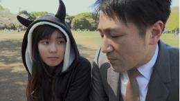 Nur scheinbar Vater und Tochter: Der Mann ist Mitarbeiter der Family Romance, LLC (Bild: Screenshot)
