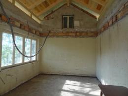 Das entkernte Ein-Raum-Haus mit neuem Dach (© M PS)