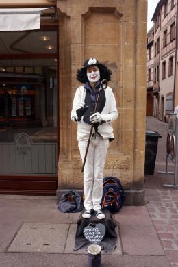 Nikolaus Walter: Straßenkünstlerin in Colmar (© Walter)