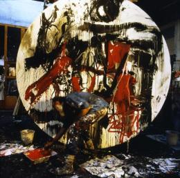 Emilio Vedova im Atelier bei der Arbeit am Werk Oltre-9 (Ciclo II, Rosso '85), Venedig, 1985. © Fondazione Emilio e Annabianca Vedova, Foto: Paolo Mussat Sartor, Turin.