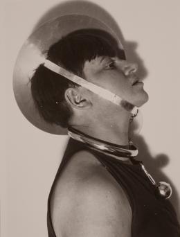 Marianne Brandt: Selbstportrait mit Schmuck zum Metallischen Fest, Februar 1929. Reprint 1993; © VG Bild-Kunst, Bonn 2019
