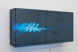 Brigitte Kowanz «btw», 2021 Neon, Spiegel, Ed. 1/3, 40 x 80 x 17 cm, Foto: Peter Hoiss