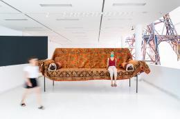 Gelatin Sofa, 2021 Baustahl, Schaumstoff, Teppich Courtesy Galerie Meyer Kainer, Wien   © mariakirchner.at