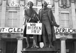 """Claus Bach: """"Wir bleiben hier"""". Goethe- und Schillerdenkmal, 1989, Fotografie. © Foto: Claus Bach"""