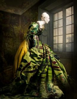 ooper & Gorfer: Watching Vivienne, 2010, Archivpigmentdruck auf Papier, 160 x 120 cm, Kleid: Vivienne Westwood. Courtesy of the artists © Cooper & Gorfer