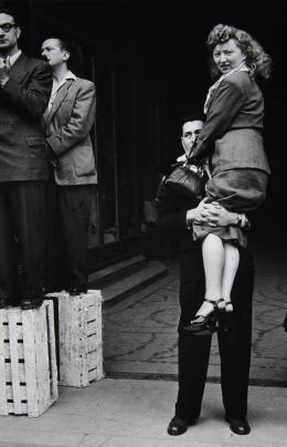 Gisèle Freund, 14 Juillet, Paris, 1952, Silbergelatineabzug, © Gisèle Freund / bpk / IMEC, Fonds MCC; Skrein Photo Collection