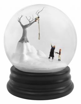 Walter Martin & Paloma Muñoz Traveler 338, 2018 (Reisende_r 338), aus der Serie Snow Globes, Schneekugel, Courtesy Walter Martin & Paloma Muñoz