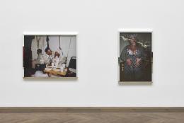 """Deana Lawson, Installationsansicht, """"Centropy"""", Kunsthalle Basel, 2020, Blick auf Latifah's Wedding, 2020 (links) und Vera, 2020 (rechts). Foto: Philipp Hänger / Kunsthalle Basel"""