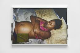"""Deana Lawson, Installationsansicht, """"Centropy"""", Kunsthalle Basel, 2020, Blick auf Deleon? Unknown, 2020. Foto: Philipp Hänger / Kunsthalle Basel"""