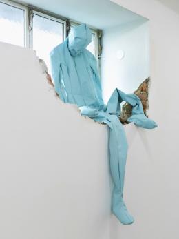Alexandra Bircken, Deflated Figure (Blau, Deine Beine), 2019, Ausstellungsansicht Secession 2019, Courtesy of the artist, BQ, Berlin & Herald St., London, Foto: Sophie Thun