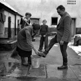 Desinfektion: Auswirkungen der Maul- und Klauenseuche. Desinfektion der Schuhe auf einem Seuchenteppich in Schärding, Fotografie von United States Information Service (USIS), 1950 – © Österreichische Nationalbibliothek