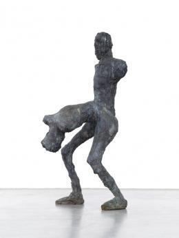 """Martin Disler (1949-1996), Ohne Titel (aus der Gruppe """"Häutung und Tanz""""), 1990/91, Bronze, 166x75x77 cm, Musée des Beaux-Arts La Chaux-de-Fonds; © Musée des Beaux-Arts La Chaux-de-Fonds"""