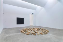"""Ausstellungsansicht mit """"Channel"""" Paintin No. 2 (1974) von Alan Charlton und Stone Circle (1981) von Richard Long, 2021 im Kunst Museum Winterthur © 2021, ProLitteris, Zurich für die Werke von Richard Long, Foto: Reto Kaufmann, Zürich"""