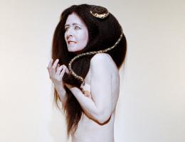 Dominique Gonzalez Foerster & Camille Vivier, Gorgone 1 (apparition), 2021, Schlangen, Haare Und Make Up Mélanie Gerbeaux