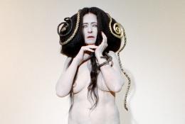 Dominique Gonzalez Foerster & Camille Vivier, Gorgone 2 (apparition), 2021, Schlangen, Haare Und Make Up Mélanie Gerbeaux