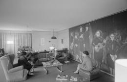 Friedrich Dürrenmatt (r.) und Eugen Ionesco mit Frauen im Arbeitszimmer Dürrenmatts (Bild: Jack Metzger/ ETH Bibliothek/ CCO)
