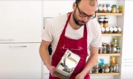 Künstler Hannes Egger in der Küche (Bild: zVg)