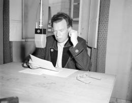 """Rundfunkmikrophon im Aufnahmestudio des Senders """"Rot-Weiß-Rot"""" in Salzburg: Schauspieler Ewald Balser spricht seine Rolle in Goethes """"Faust"""", Fotografie von United States Information Service (USIS), 1947 – © Österreichische Nationalbibliothek"""