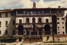 Uffizien vom Arno aus, dahinter Palazzo Vecchio © Wikipedia CC