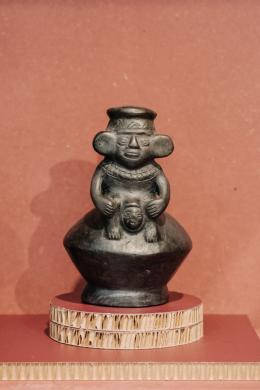 Steigbügelgefäß mit Geburtsszene, Chimu-Kultur, 1100-1400 n. Chr., Peru, Sammlung Liselotte Kuntner, Küttigen, Schweiz © Angela Lamprecht