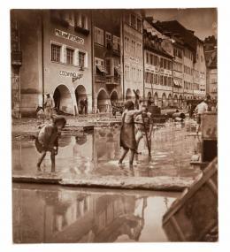 Feldkirch, Aufräumung (nach dem Hochwasser) in der Marktgasse, Josef Niggl, 25.6.1910