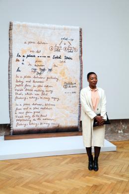 """Otobong Nkanga, 2017, Porträt anlässlich des belgischen Kunstpreises, Porträt mit Kunstwerk """"In a Place Yet Unknown"""", 2017 © Otobong Nkanga, Foto: Yannik Sas"""