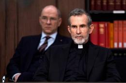 Ulrich Mattes kennt man zumindest als Synchronstimme, er überzeugt als Bischof (Bild: Videostill)