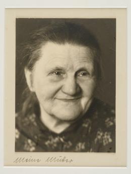 """Grete Paunovic-Zahrastnik, """"Die Mutter der Künstlerin"""", 1930er-Jahre,  S/W-Fotografie, 16,5 x 20,5 cm, Germinal Civikov"""