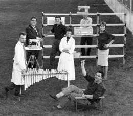 Hans Gugelot (sitzend) mit seiner Entwicklungsgruppe an der Hochschule für Gestaltung Ulm, 1960. Foto: Wolfgang Siol, © HfG- Archiv/Museum Ulm