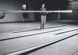 Isa Genzken in ihrem Studio, Düsseldorf 1982, Foto: Andreas Schön © 2020, ProLitteris, Zürich