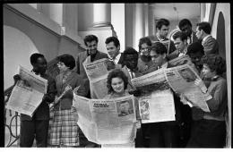 Irina Pap − Studierende der Nationalen Taras-Schewtschenko-Universität in Kiew lesen die Geschichte Juri Gagarins in der Zeitung, 1961