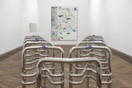 Installationsansicht, Information (Today), Kunsthalle Basel, 2021, Blick auf Marguerite Humeau, Riddles (Jaws), 2017–2021 (vorne) und Laura Owens, Untitled [SMS +41 79 807 86 34], 2021 (hinten). Foto: Philipp Hänger / Kunsthalle Basel