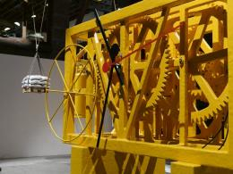 Atelier Van Lieshout, Pendulum, 2019, Holz/Stahl, 450x235x250cm © Pioneer Works
