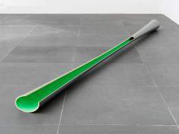 """Isa Genzken, Grau-grünes Hyperbolo """"Jülich"""", 1979, Lack auf Holz, 20 x 25 x 480 cm, Privatsammlung über Neues Museum Nürnberg, Foto: Neues Museum Nürnberg, © 2020, ProLitteris, Zürich"""