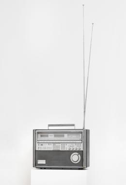 Isa Genzken, Weltempfänger, 1982, Radio, 37 x 51 x 20 cm, Sammlung der Künstlerin, Foto: Galerie Buchholz, Berlin/Köln/New York, © 2020, ProLitteris, Zürich