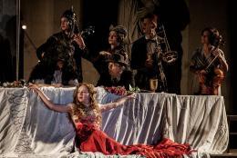 Jedermann-Tischgesellschaft mit Brigitte Hobmeier als Buhlschaft (Salzburger Festspiele 2014, © Christian Michelides, COO)