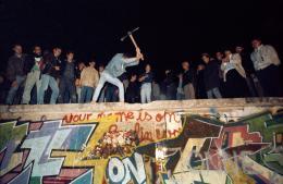 José Giribás Marambio: Mitternacht vom 9. auf den 10. Oktober 1989 in der Nähe des Brandenburger Tores: Erste Zivilisten beginnen mit dem Abbruch der Mauer, Westberlin