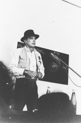 Joseph Beuys während seines Vortrags in der Galerie nächst St. Stephan am 4. April 1979 © Foto: Gerhard Kaiser, Archiv Gerhard Kaiser