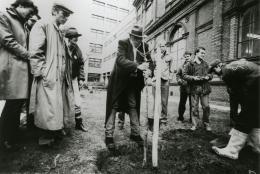 Joseph Beuys, Baumbepflanzung im Garten und vor der Hochschule für angewandte Kunst, 1983 © Universität für angewandte Kunst Wien, Kunstsammlung und Archiv, Inv.Nr. 16.102/1/FP / Foto: Philippe Dutartre