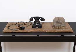 Joseph Beuys, Das Erdtelefon, 1968 © Joseph Beuys Estate / Bildrecht Wien, 2021, Foto: Marcus Leith, Collection Thaddaeus Ropac, London/Paris/Salzburg
